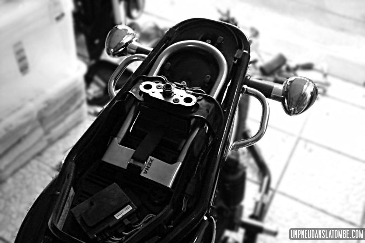 Glisser un antivol U sous la selle de votre Kawasaki W650 ? C'est possible !