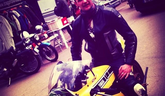 Fane, sur sa Yamaha RD 350 de piste, à l'occasion du Triton Track Day.