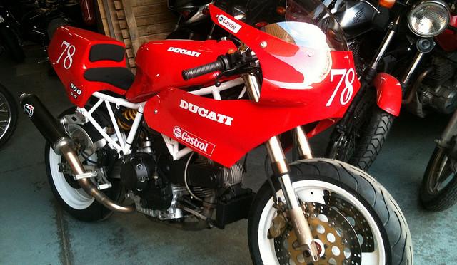 Une Ducati 900 SS de piste, sortie de chez Max Power…