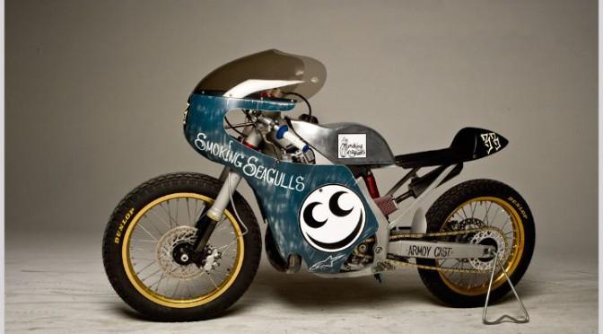 Un étonnant racer, œuvre de Drake McElroy, sur base de Honda CR 250 R, et découvert via Return of the Cafe Racers.