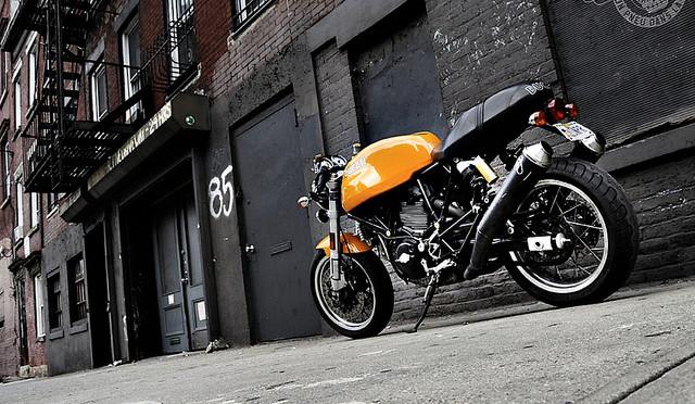 Une Ducati Sport Classic, immortalisée dans une ruelle de New York.