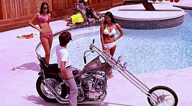 Un dragueur séduisant 2 jeunes femmes en bikini grâce à son chopper.