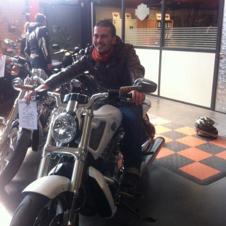 Votre serviteur, au guidon d'une Harley-Davidson V-Rod Muscle.