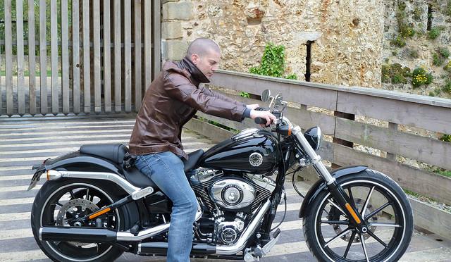Votre serviteur, au guidon d'une Harley-Davidson Softail Breakout.