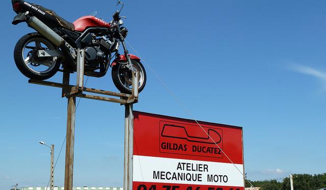 L'enseigne de l'atelier moto de Gildas Ducatez.