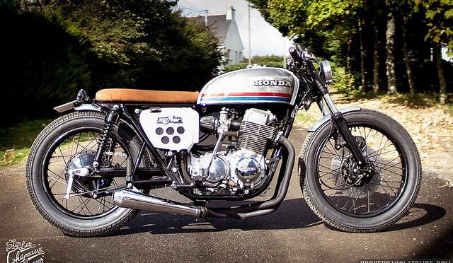 Une Honda CB 750 Four, sortie de chez Sur les chapeaux de roues.
