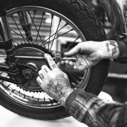 """La Triumph pre-unit """"Honey Racer"""" de Sébastien Lorentz."""
