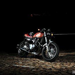 Une Kawasaki 550 Zephyr cafe-racer, signée Oldies'n Classic Spirit...