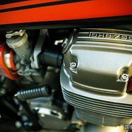 """Une Honda CB 750 Four cafe-racer, signée """"Sur les chapeaux de roues""""..."""