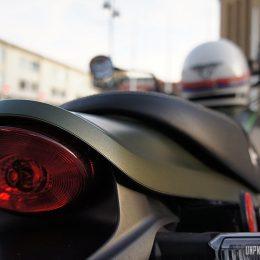 """Le Bell Moto-3, un casque intégral vintage et homologué """"UPDLT approved""""."""