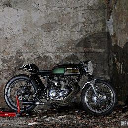 """Une Honda CB 400 Four cafe-racer, que s'apelerio... """"La chaude pisse"""" !"""