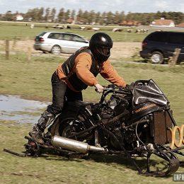 Unimotorcycle Drag Races : un pneu dans la boue !
