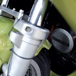 Une Moto Guzzi V7 Sport 1972, immortalisée chez Legend Motors...