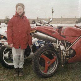 J'aime la moto, tu aimes la moto, il aime la moto, nous aimons la moto...