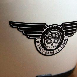 """Stickers Deluxe : fournisseur officiel de """"Un pneu dans la tombe"""" !"""
